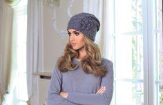 Szara barwa ma to do siebie, że pasuje praktycznie do każdej innej! :-) Jeśli macie kilka płaszczów, a chcecie zainwestować w jedną czapkę, szarość będzie strzałem w dziesiątkę :-)