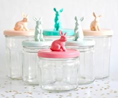 Plastic animals glued to jar lids and spray painted. So | http://sweetpartygoods.blogspot.com