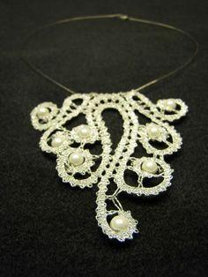 Moderna klekljana ogrlica iz idrijske čipke s perlami