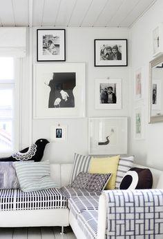 kehykset,seinä,valokuvat,sohva,tyynyt