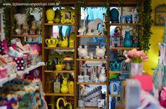 Pra quem mora longe e tem curiosidade para conhecer, pra quem mora aqui mas ainda não viu nossa nova arrumação… Mais um cantinho da loja! Lindezas separadas por cor pra você escolher o que mais combina com o seu lar doce lar.(E ainda tem eu lá no espelho! Hihihiih)Muitos destes itens você encontra também na loja virtual! Entregamos em todo o Brasil!www.lojasantacomposicao.com.br