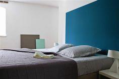 """Deco chambre couleur gris, blanc et bleu. La tête de lit est peinte en un grand carré bleu """"Enamuel Blue"""" couleur tendance inspirée by Panto..."""