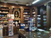 Farmacia Puerto (1798). Aunque se documenta con anterioridad una botica en la plaza de San Ildefonso, se da como fecha de su fundación la de 1798, al ser el momento en que el arquitecto Manuel Bradi realiza una reforma en los edificios de la plaza, quedando la farmacia ubicada en su emplazamiento actual, el número 4.