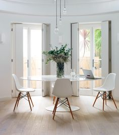 Beautiful combination - white Knoll elliptical Tulip table and Eames DSW chairs  source: Livingetc
