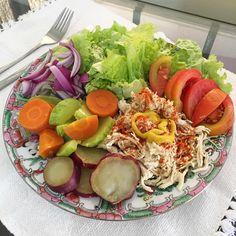 """Aquele almoço típico de """"pega os restos da geladeira e taca no prato"""" hahahaha ❤️ ⠀ Frango desfiado com mostarda e páprica picante, legumes cozidos no vapor (batata doce, cenoura e abobrinha) e salada crua. Agora partiu mercado porque tá teeennsoo #quemnunca O importante é sempre dar um jeitinho, né?! ⠀ 14/38 #vivendosemlactose"""