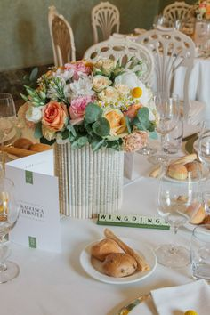 Flowers, books, letters, scrabble Ideas for wedding table setting - Wedding photography Innocenti Studio Florence Idee per centrotavola di matrimonio con fiori, libri, e lettere di Scarabeo