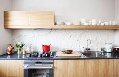 Keittiössä on Matin ja Martan suunnittelemat jalavaviiluiset keittiökalusteet. Matti teki ne yhdessä puuseppäystävänsä kanssa. Taso on tarkoitus vaihtaa myöhemmin betoniseen. Remontissa seinästä poistettiin vanhat kaakelit. Alta paljastuva seinä miellytti suunnittelijapariskuntaa, joten se vain maalattiin. Arkiastiat ovat valkoisia ja käyttölasit kirkkaita, juomalasit ovat Matin suunnittelemat. Ne on tehnyt lasinpuhaltajamestari Kari Alakoski.