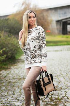 No Look do dia de hoje, a referência ao padrão animal ou o também chamado Animal Print (que, pessoalmente, adoro). Aqui usei uma camisola com o padrão de leopardo em tons de castanho e dourado. Outfit. Dicas de Moda e Imagem. Blog de Moda Style Statement. Tendências. Jeans, Animal print sweater. Blog de moda portugal, blogues de moda portugueses.