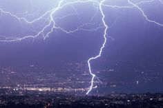 CG lightning strike in Geneva, Switzerland,April 4, 2018. Report: Christophe Suarez via Meteo-Alpes