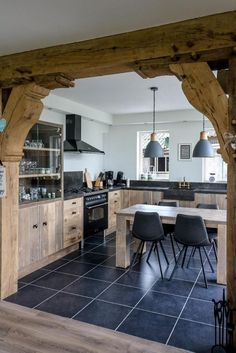 Rural scaffolding wooden kitchen with impressive oak bar counter, What a tough, unique kitchen! Read here the special story of the maker, Martin de Jong of Esgrado. Diy Kitchen Decor, Wooden Kitchen, Rustic Kitchen, Kitchen Interior, Kitchen Modern, European Home Decor, Home Kitchens, Kitchen Remodel, Sweet Home