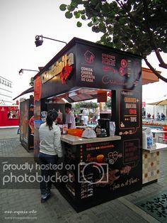 Stand design by S-XL Architects, Lima – Perú. // Kiosk, módu… – About Sweets Food Stall Design, Food Cart Design, Food Truck Design, Food Truck Business, Small Coffee Shop, Coffee Shop Design, Coffee Food Truck, Juice Bar Design, Food Kiosk
