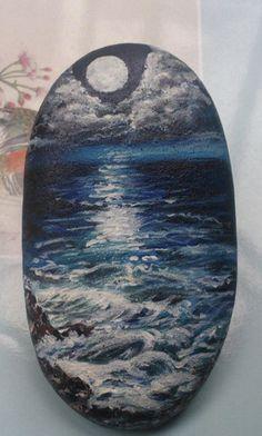 El mar de noche. Mandala Painted Rocks, Painted Rocks Craft, Hand Painted Rocks, Rock Painting Patterns, Rock Painting Ideas Easy, Rock Painting Designs, Pebble Painting, Pebble Art, Stone Painting