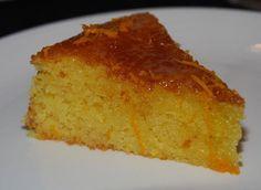 Bolo de Laranja  Uma receita de bolo de laranja tão rápida e infalível que até dói: bata no liquidificador 4 ovos, 2 chávenas de açúcar, 1/2 de óleo e 2 laranjas com casca cortadas em quatro (bem lavadas e sem os topos). Junte 2 chávenas de farinha e 1 colher de sopa de fermento, bata mais um pouco, deite numa forma untada e leve ao forno pré-aquecido a 180º por 45 minutos. A única etapa difícil é mesmo esperar que arrefeça antes de comê-lo. fonte…