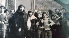 Op de foto staan vermoedelijk  Ahmed Amrino, naast hem nog een Ahmed en volgens mij naast juffrouw Zohra de gebroeders Akani.