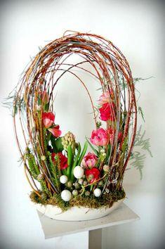 Nemáte ještě velikonoční výzdobu? 20+ úžasných inspirací na nádherné dekorace z proutí a větviček, které si jednoduše vyrobíte! | Prima inspirace Easter Flower Arrangements, Easter Flowers, Floral Arrangements, Spring Projects, Arte Floral, Easter Wreaths, Ikebana, Easter Crafts, Floral Design