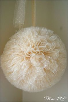 Are you a sweet, crafy girl? Than you really should try these tule pompons. Make them in different sizes and different colours, hang them up on the ceiling and let them vary in height. Enjoy your cosy dorm room! Pompom En Tulle, Tulle Poms, Paper Pom Poms, Tissue Paper, Tulle Crafts, Fun Crafts, Diy And Crafts, Batman Party, Ideias Diy
