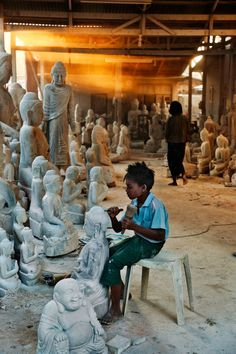Child Labour, Burma This caught me off guard. I never even thought about those Buddhas as mass produced by child labor. By Steve Mccurry Steve Mccurry, We Are The World, People Of The World, Mundo Cruel, Fotojournalismus, Les Philippines, World Press Photo, Art Tribal, Poor Children