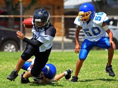 Does your child play football? Parents should know the latest research on youth sports concussions. Youth Football, Flag Football, Football Hits, Football Cheer, Football Drills, Contact Sport, Medical News, Sports Medicine, School Sports
