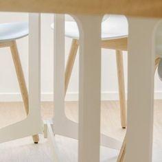 De ovale Split tafel heeft standaard een eiken tafelblad en een wit of zwart stalen onderstel. Uiteraard zijn andere houtsoorten of coatingkleur ook mogelijk. Furniture Design, Stool, Tables, Detail, Mesas