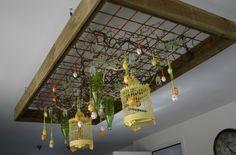 Houten rek-frame (b.v pallethout) met betongaas hangend aan het plafond of staand tegen de muur versieren  met deco voor de tijd van het jaar (kerst-pasen-voorjaar)