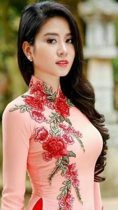 Custom made Vietnamese ao dai (áo dài) by mark&vy. Beautiful dresses for all occasions including wedding, prom or everyday wear. Made by some the best tailors in ho chi minh city (Saigon), Vietnam. Pretty Asian, Beautiful Asian Women, Beautiful Vietnamese Women, Ao Dai, Vietnamese Dress, Vietnamese Traditional Dress, Sexy Asian Girls, Asian Ladies, Hot Girls