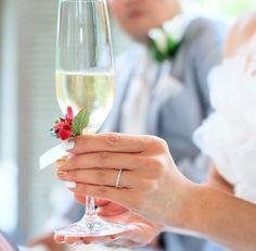 #novarese#vressetrose#amandanraise#wedding#red#tablecoordinate#glassgorsage#bordaux #natural #flower #bridal #ノバレーゼ#ブレスエットロゼ #アマンダンライズ#ウエディング# 赤 #ボルドー#レッド #シンプル # ゲストテーブル #テーブルコーディネート # ブライダル#結婚式#グラスコサージュ#コサージュ#乾杯グラス Flute, Champagne, Tableware, Dinnerware, Flute Instrument, Dishes, Flutes, Serveware