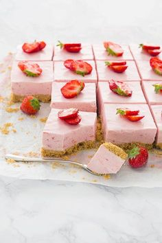 Aardbeien cheesecake bars - Lilly is Love Strawberry Cheesecake Bars, High Tea Food, Yummy Food, Tasty, Snacks Für Party, Food Inspiration, Love Food, Sweet Recipes, Dessert Recipes
