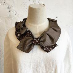 nullnull(ナルナル)の商品としてもひそかに人気なのがこの「ネクタイ付け襟」なのですが...、じつはこの付け襟は、「自分で作るとよりイイ!」んです。 理由は、自分の体型や好みの形につくれるから。 普段よく着るお洋服のラインにあわせたり、お気に入りのネ ... Diy For Men, Family Crafts, Victorian Fashion, Work Wear, Crochet Necklace, Brooch, Sewing, How To Wear, Jewelry