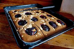 Karobový koláč se švestkami - http://receptydetem.cz/karobovy-kolac-se-svestkami-a-bilou-cokoladou/