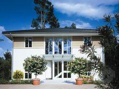 Kleinmachnow von Haacke Haus Wohnfläche von 203,93 m² verteilt auf 6 Zimmer. Weitere Infos und große Hausauswahl auf Fertighaus.de: https://www.fertighaus.de/stile/mediterran/?utm_source=Pinterest&utm_medium=Pinterest&utm_campaign=Mediterrane%20H%C3%A4user&utm_content=Mediterrane%20H%C3%A4user  Mediterran, Hausbau, Luxushaus, Familienhaus, Walmdach, Stadtvilla