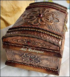 CRIAÇÕES ADÊ RODRIGUES: BAÚ PANNA. (TRABALHO EM COBRE) Cigar Box Art, Vintage Chest, Metal Embossing, Creative Box, Trunks And Chests, Shabby Chic Crafts, Diy Crafts For Gifts, Antique Boxes, Altered Boxes