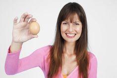 Las cáscaras de huevos pueden ayudarte en más de una tarea doméstica. Infórmate aquí acerca de cómo usar cáscaras de huevo y conviértete en toda una experta en soluciones para el hogar.Antes de empezar debes saber que las cáscaras de huevo pueden ser utilizadas para todas las siguientes propuestas sólo s