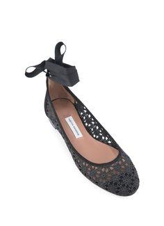 Tabitha Simmons är kända för sina bekväma och snygga skor, och dessa är inte ett undantag. Med det virkade materialet och banden som du knyter runt an