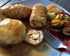 Roladki drobiowe z serkiem i warzywami Przepyszne roladki z kurczaka, wypełnione warzywnym farszem oraz serkiem śmietankowym i zanurzone w aromatycznym sosie to świetny pomysł na smaczny i niecodzienny obiad. Polecam!   Składniki: 3 pojedyncze filety z kurczaka ok. 7 łyżeczek serka śmietankowego (typu Almette) pół małej, młodej cukinii pół czerwonej papryki pół żółtej papryki … Baked Potato, Chicken Recipes, Food Porn, Good Food, Food And Drink, Healthy Eating, Cooking Recipes, Tasty, Dishes