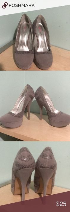 Grey pumps with faux snake skin detail size 7.5 Beautiful grey pumps with faux snakeskin detail. Worn just a few times. Great condition. No blemishes. JustFab Shoes Heels