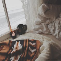 Cozy bed by the window on a snowy day Home Modern, Modern Retro, My New Room, My Room, Home Design, Image Deco, Belle Villa, Snowy Day, Humble Abode
