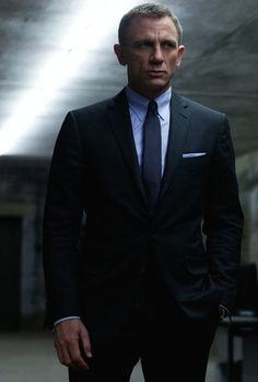 Daniel Craig as James Bond with a crisp navy suit with a light blue shirt navy tie light blue pocket square. Daniel Craig Suit, Daniel Craig Style, Daniel Craig James Bond, Craig Bond, James Bond Suit, Bond Suits, James Bond Style, Suit Fashion, Mens Fashion