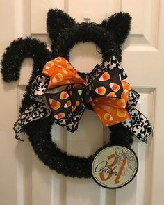 Nice Stunning Diy Halloween Wreaths Design Ideas That Looks Cool. hallowen Stunning Diy Halloween Wreaths Design Ideas That Looks Cool Chat Halloween, Holidays Halloween, Halloween Crafts, Halloween Black Cat, Diy Halloween Wreaths, Easy Halloween Decorations Diy, Halloween Deco Mesh, Halloween 2018, Halloween Stuff