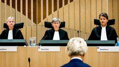 Geert Wilders woont de regiezitting bij in de beveiligde rechtbank van Schiphol.