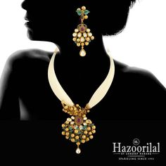 """A magnificent creation in gold to adorn your neck. Antique Jewellery Designs, Gold Earrings Designs, Gold Jewellery Design, Necklace Designs, Gold Temple Jewellery, Gold Jewelry, Bridal Jewelry, Beaded Jewelry, Bollywood Jewelry"