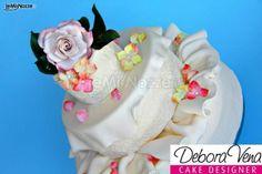 http://www.lemienozze.it/gallerie/torte-nuziali-foto/img32793.html Particolari torte nuziali: semifreddi con decorazioni floreali
