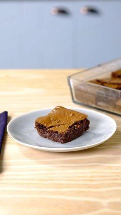 Quem disse que brownie não pode ser mais nutritivo? Experimente esse com aveia, casquinha crocante por fora e macio por dentro.