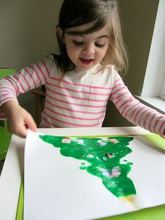 Easy Christmas craft! Christmas tree blotto art project for kids and toddlers and preschoolers.