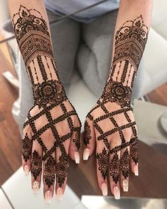 From traditional full hand mehndi designs to Arabic as well as contemporary half hand mehndi options, we've brought together the best mehndi ideas for your big day. Henna Hand Designs, Dulhan Mehndi Designs, Mehandi Designs, Mehndi Designs Finger, Modern Mehndi Designs, Mehndi Designs For Beginners, Mehndi Designs For Girls, Mehndi Design Photos, Wedding Mehndi Designs