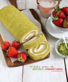 Are you already thinking about what cake you could make on the weekend. Here is one great idea: Matcha green tea swiss roll with strawberry mousse Green Tea Dessert, Matcha Dessert, Green Tea Cakes, Strawberry Mousse, Strawberry Cakes, Swiss Roll Cakes, Green Tea Latte, Green Teas, Cake Roll Recipes