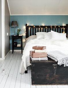 Makuuhuoneen joulutunnelma syntyy tuikkivista jouluvaloista, vaaleista pehmeistä torkkupeitoista ja lampaantaljasta. | VALKEA JOULU TAMPEREELLA | Koti ja keittiö