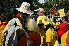 """Diada Nacional de Catalunya 11-09-2014 1.800.000 catalans fan història. L'autor de """"Pit i collons"""" amb la seva guitarra a l'esquena."""
