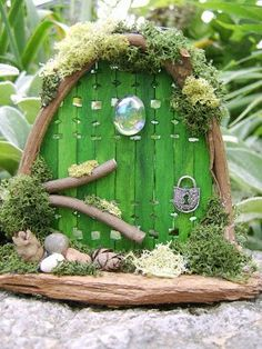 Fairy door - http://4.bp.blogspot.com/-jj5dpS7VXUo/UL0anezQ3PI/AAAAAAAADgc/YCLHAO2TgLc/s400/il_fullxfull.157698136.jpg