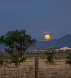 This photo of the #moon over Broomfield, #Colorado is breathtaking!
