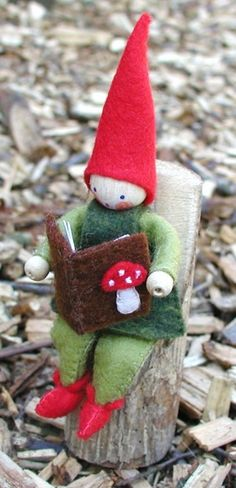 Enjoying a good book - Atelier Pippilotta :: Pakketten Schatkist :: Voorlees kabouter Waldorf Crafts, Waldorf Toys, Felt Crafts, Diy Crafts, Felt Fairy, Clothespin Dolls, Christmas Crafts, Christmas Ornaments, Snowflakes